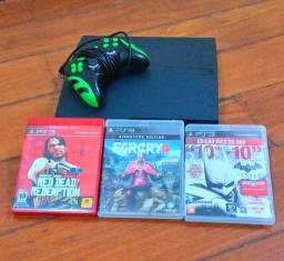 Playstation 3 com manete e 3 jogos.
