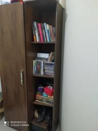 Mesa para escritório e armário.