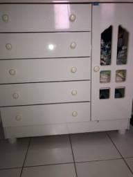 Cômoda infantil com 5 gavetas e uma porta