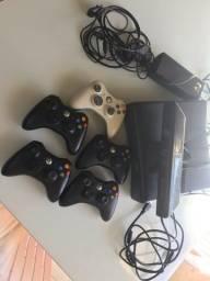 Xbox 360 com sensor e controles