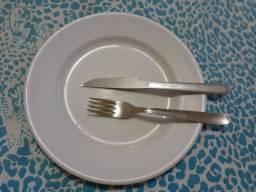 Prato de mesa com os talheres