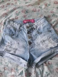 Shortinho curto em jeans e camiseta.