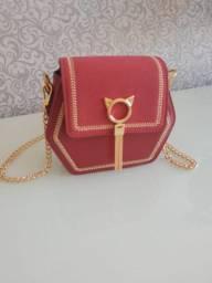 Bolsa vermelha com detalhe de gatinho