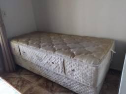 Duas camas de solteiro iguais