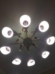 Lustre de sala, com 8 braços,  sendo 8 lâmpadas grades e 8 lâmpadas pequenas de lede.