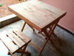 Mesa dobrável de palete com banquinhos