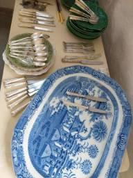 Lote com pratos antigos, talheres e objetos de decoração