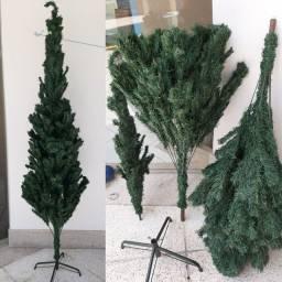 Árvore de Natal com enfeites, guirlanda e lâmpadad leds.