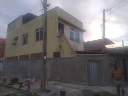 Vendo uma casa com dois andares e um terraço