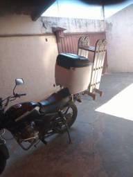 Vendo baú de moto 90L com suporte de escada.