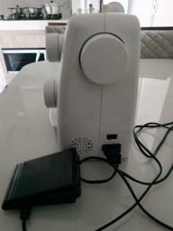 Máquina de costura Singer impecável.