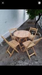 1 mesa com 4 cadeiras dobráveis