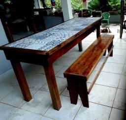 Lindo conjunto de mesa com cerâmica e bancos. Madeira rústica