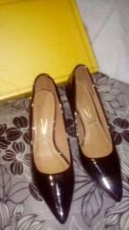 Sapato escarpar usado duas vezez n 35.meio salto
