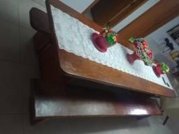 Mesa com dois bancos próximo ao Detran