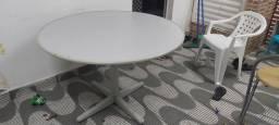 Vendo uma mesa redonda de escritório.