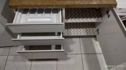 Armário de cozinha e banca de granito