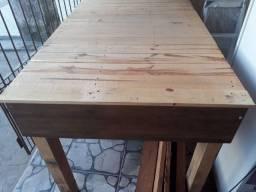 Mesa grande  de madeira rústica