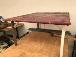 Mesa com base de ferro e tampo em madeira para industria