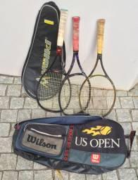 Três raquetes de tênis e duas bolsas