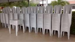 200 cadeiras e 20 mesas plásticas semi-novas