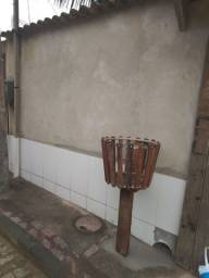 Lixeira de madeira e alumínio.