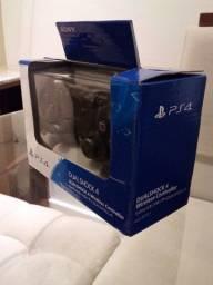 O controle Sony sem fio Dualshock 4 para o PlayStation 4
