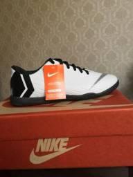 Chuteira Nike Mercurial Flyknit Branca e preta