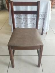 Cadeira estofada de madeira