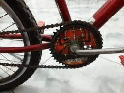 Bicicleta infantil muito nova