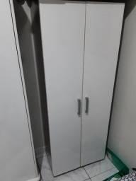 Armario multiuso com suporte de acessórios na porta