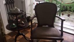 Conjunto cadeira e mesa de apoio antiga e conservada