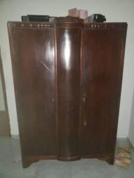 Conjunto de antiguidades dos anos 50. guarda roupa e comoda