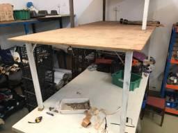 Mesa com base de ferro para industria e tampo em madeira (grande)