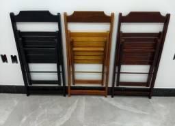 Cadeira dobrável impermeável produzido com madeira de lei.