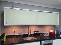 Armário de Cozinha em mdf/laca marca Kitchens cor branca, com luminárias, portas de vidro