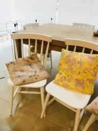 Cadeiras da TOK & STOK com travesseiros charmosos