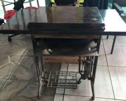 Máquina de costura antiga e funcionando