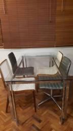 Mesa de jantar com 4 cadeiras. 170 x 90 cm. Cadeiras verdes giratórias.