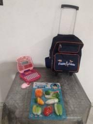 Brinquedos. e uma mochila para criança tudo por 50.00