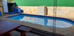 Vende-se uma casa com piscina