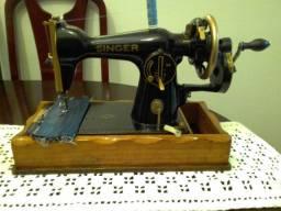 Maquina Costura Antiga, a manivela, costurando bem, um ponto bem regulado
