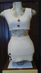 Conjunto de mini-saia e top de tricô de fio de algodão cru (artesanal).