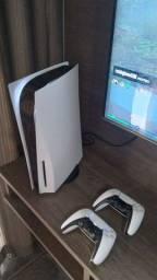 PlayStation 5 com dois controles