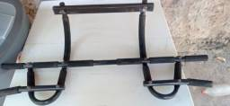 Barra de porta para musculação.