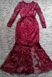 Lindo vestido longo de festa coberto em renda na cor vinho