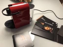 Preço de oportunidade: Cafeteira Nespresso Inissia vermelha, novíssima