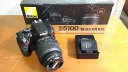 Câmera Fotográfica Nikon D5100, Lente 18-55mm, Filtro UV, 2 Baterias, Mochila