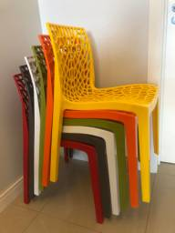 Mesa de vidro redonda e cadeiras Gruvyer em polipropileno