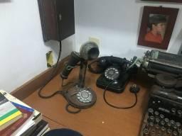 Antiguidades,  máquina de datilografia e telefones antigos